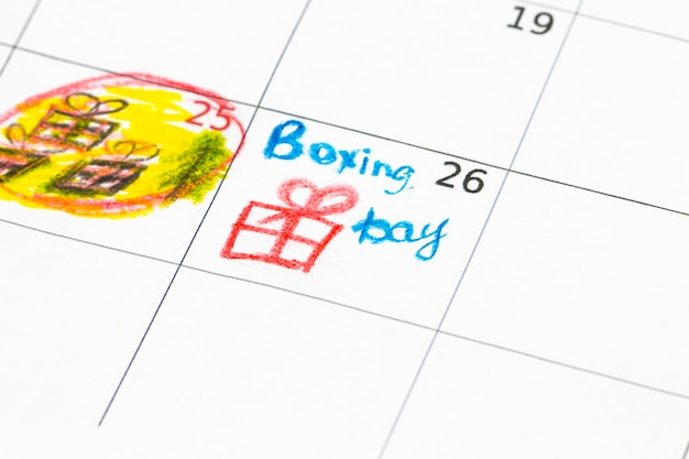 Geschenkboxen und kalenderliste auf holztisch. boxing day-konzept.