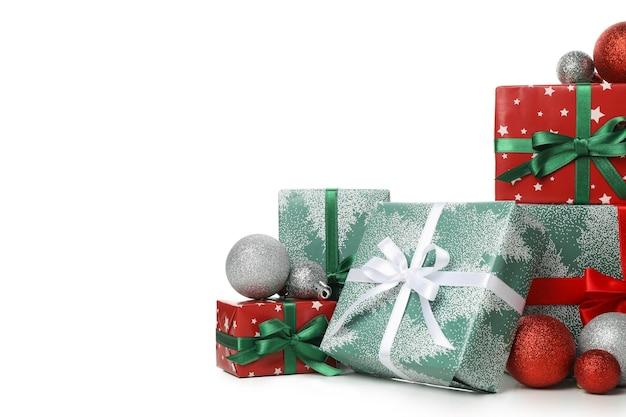 Geschenkboxen und kugeln isoliert auf weiß