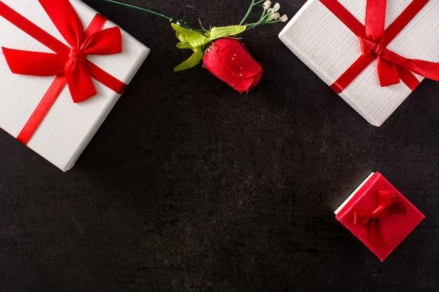 Geschenkboxen und rote rose