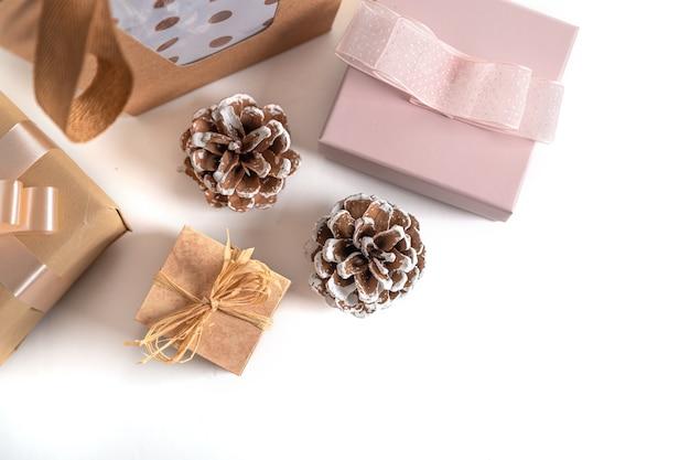 Geschenkboxen und tannenzapfen