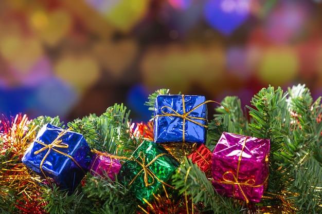 Geschenkboxen und tannenzweige