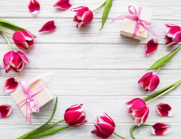 Geschenkboxen und tulpen bouquet