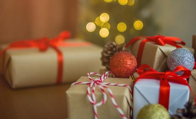 Geschenkboxen und weihnachtskugelverzierung auf dem tisch zu hause