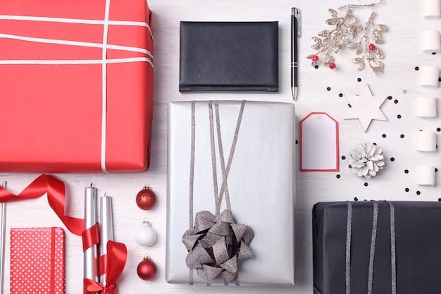 Geschenkboxen und weihnachtsschmuck auf holzoberfläche