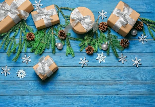 Geschenkboxen und weihnachtsschmuck auf holztisch