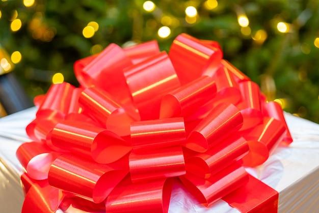 Geschenkboxen unter dem weihnachtsbaum. festlicher hintergrund.