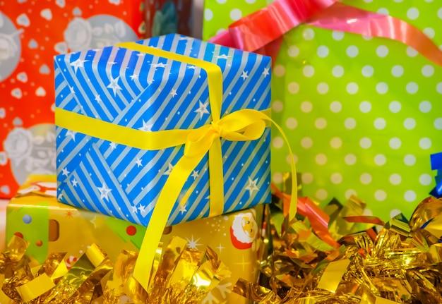 Geschenkboxen von blauen sternförmigen gelben bändern und hintergrunddekorationsfestival.