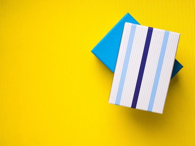 Geschenkboxstapel auf gelbem hintergrund