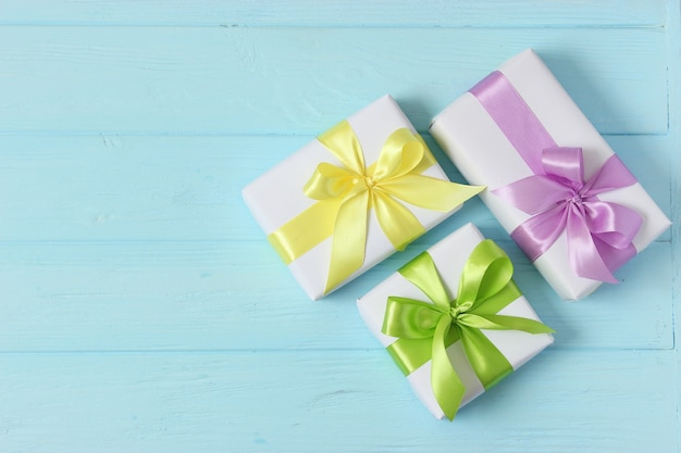 Geschenke auf einem farbigen hintergrund urlaub, der geschenke zum geburtstag gibt