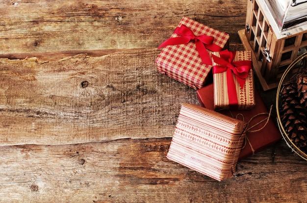 Geschenke auf einem hölzernen hintergrund