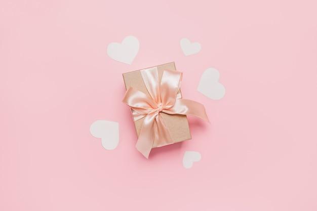 Geschenke auf rosa hintergrund, liebe und valentinstag konzept