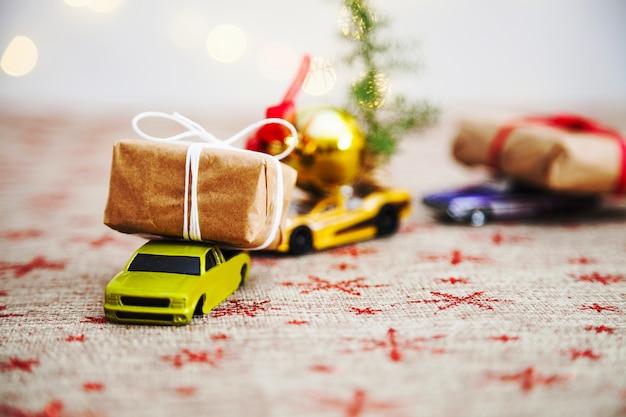 Geschenke auf spielzeugautos