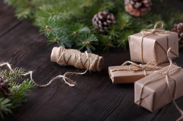 Geschenke braun mit einem string und einer rolle schnur und kiefer verlässt hintergrund