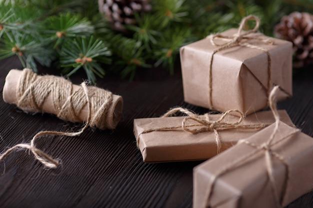 Geschenke braun mit einer schnur und einer rolle schnur