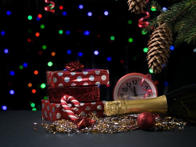Geschenke, champagner, uhren und süßigkeiten. konzept von weihnachten und neujahr.
