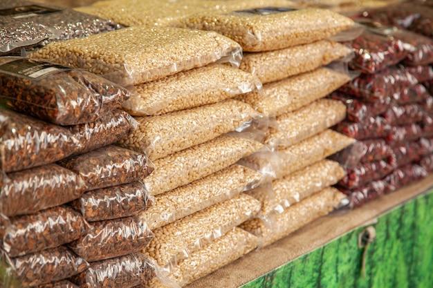 Geschenke der taiga. pakete mit pinienkernen, pinienkernen, preiselbeeren auf einem ländlichen jahrmarkt.