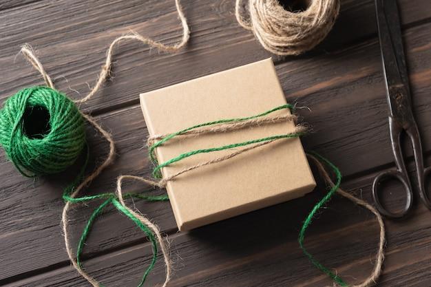 Geschenke, die ideen verpacken. natürliches design. weihnachtsgeschenke verpacken. weihnachtsdekorationen. schritt für schritt