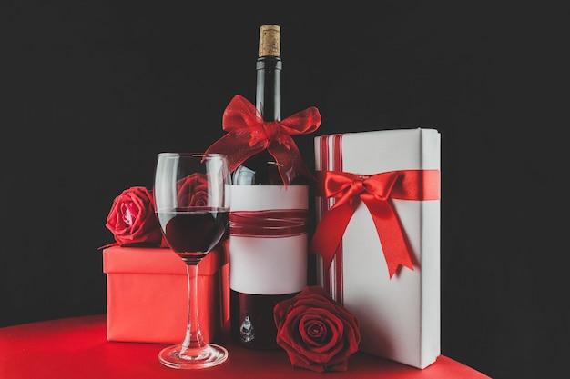 Geschenke für den valentinstag mit wein und rosen