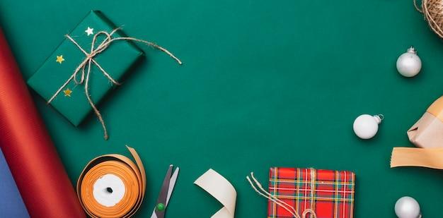 Geschenke für weihnachten mit kugeln auf grünem hintergrund