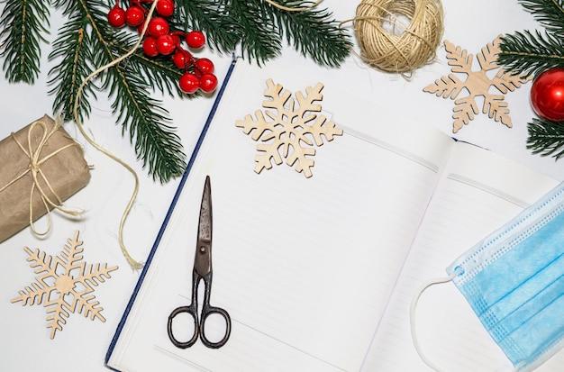 Geschenke für weihnachten verpacken leeres notizbuch öffnen, um wünsche und wunschliste für silvester festzuhalten