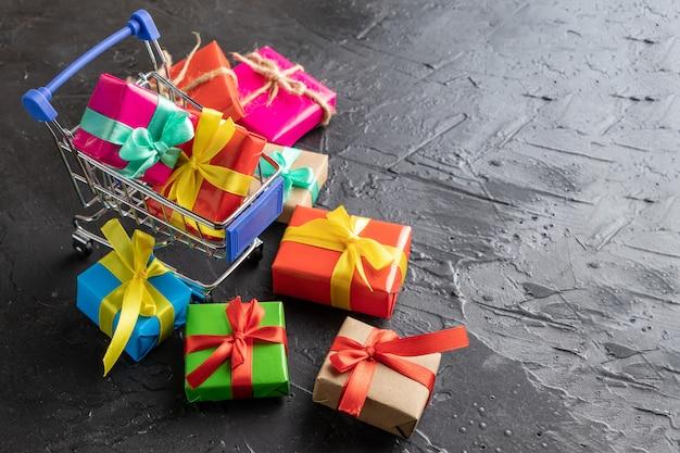 Geschenke im warenkorb. nahansicht