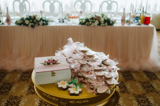 Geschenke in kisten für die gäste, die sich bei der hochzeit versammelt haben.