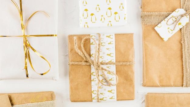 Geschenke in kraftpapier mit fäden