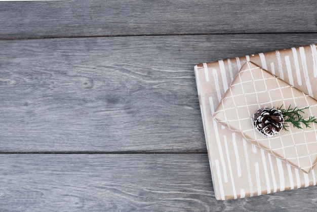 Geschenke in packungen mit snag und zweigen