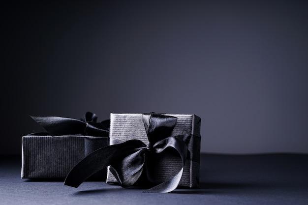 Geschenke in schwarzer verpackung isoliert