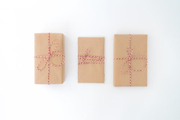 Geschenke mit roten verzierungen auf weiß