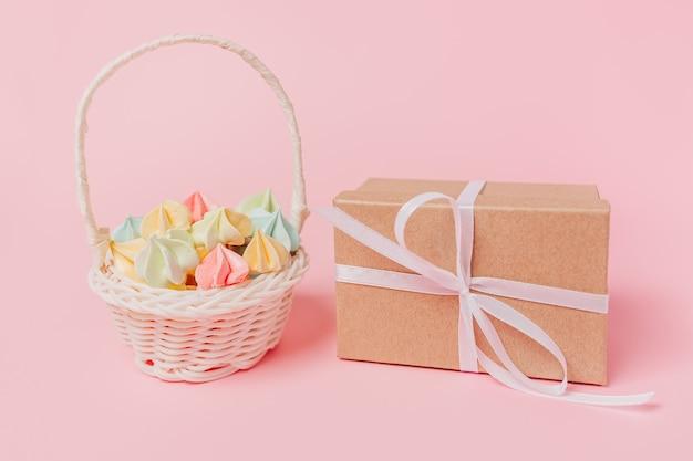 Geschenke mit süßigkeiten auf lokalisiertem rosa hintergrund, liebe und valentinsgrußkonzept