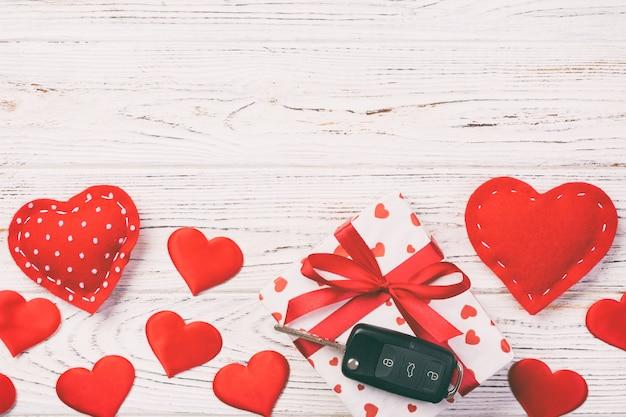 Geschenke mit textilherzen und autoschlüsseln