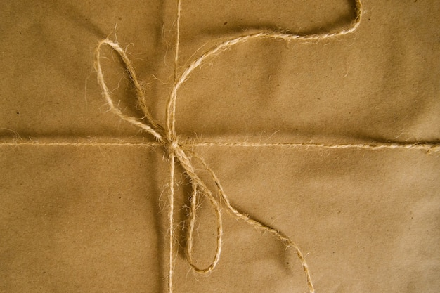 Geschenke oder postpaket in kraftpapier verpackt. einfache verpackung für den urlaub. Premium Fotos