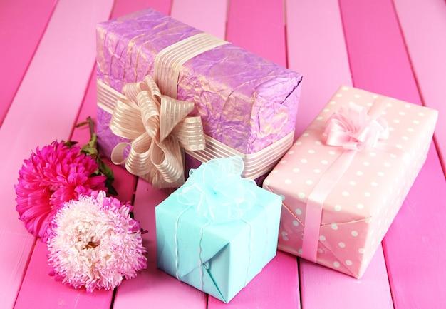 Geschenke und blumen, auf hellem holzhintergrund