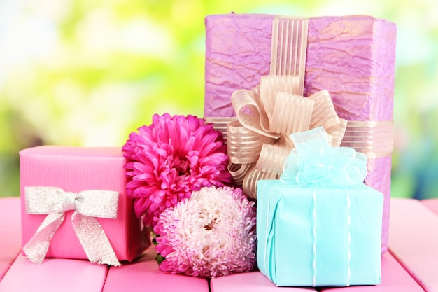 Geschenke und blumen, auf naturhintergrund