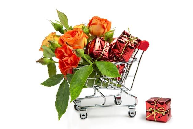 Geschenke und blumen im einkaufswagen.
