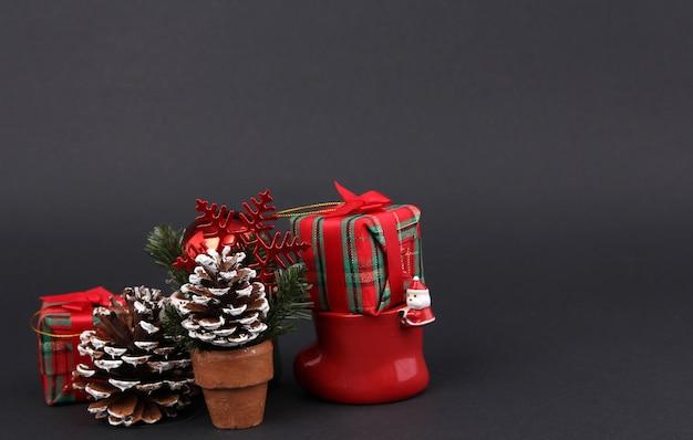 Geschenke und dekorationen am weihnachtstag mit schwarzem hintergrund.