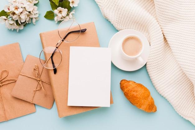 Geschenke und grußkarte für morgenüberraschung