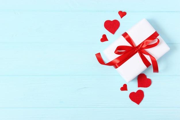 Geschenke und herzen auf einem farbigen hintergrund draufsichtliebe background