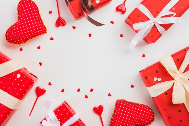 Geschenke und herzen, die im kreis liegen