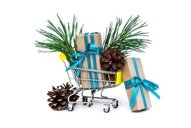 Geschenke und nadeln im warenkorb.