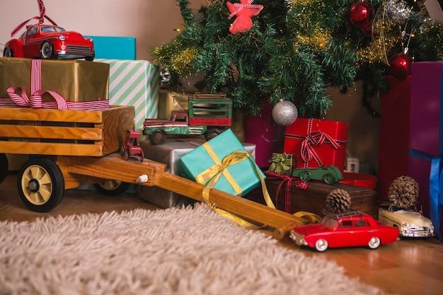 Geschenke und spielzeugautos