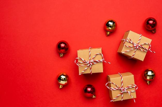 Geschenke und weihnachtsdekor auf einem farbigen roten hintergrund.