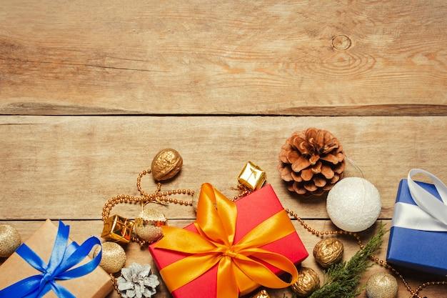 Geschenke und weihnachtsdekorationen, weihnachtsbaumast auf einem hölzernen hintergrund. weihnachten, winterferien,. flachgelegt, draufsicht