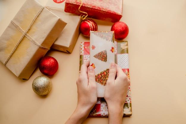 Geschenke und weihnachtskugeln