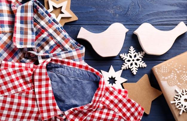 Geschenke und weihnachtsschmuck auf holzuntergrund