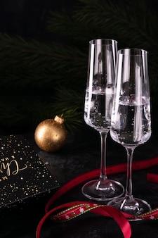 Geschenke und zwei gläser champagner am silvesterabend