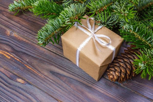 Geschenke unter weihnachtsbaum über bretterboden.