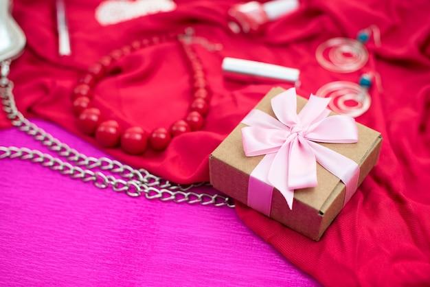 Geschenke verpackt in kraftboxen mit satinband.
