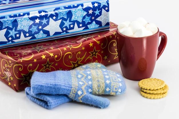 Geschenke von kaffee und handschuhen auf dem tisch